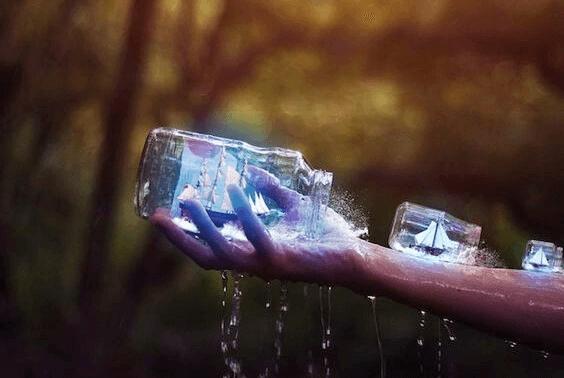 vesi valuu ulos pulloista joissa on purjeveneitä