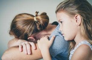 äidin masennus ja lohduttava lapsi