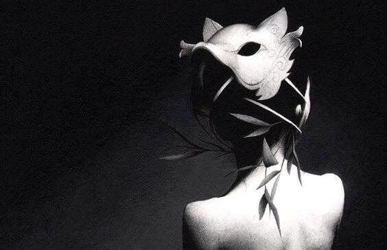naisella on naamio