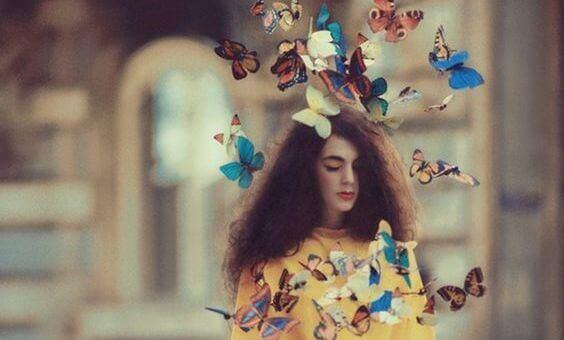 naisen ympärillä on perhosia