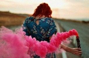 nainen ja vaaleanpunainen savu