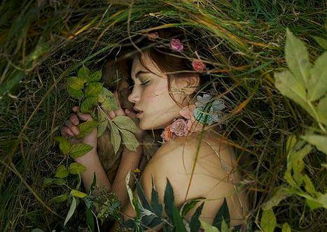 tyttö nukkuu linnunpesässä