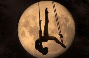 Nainen kuun valossa