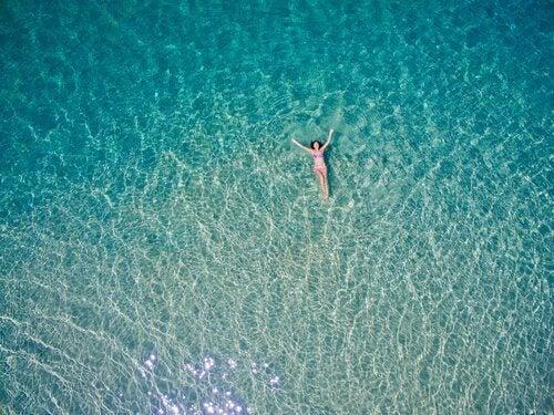 nainen kelluu vedessä