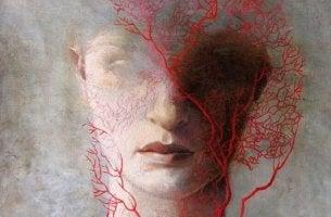 naisen kasvoilla on punainen puu