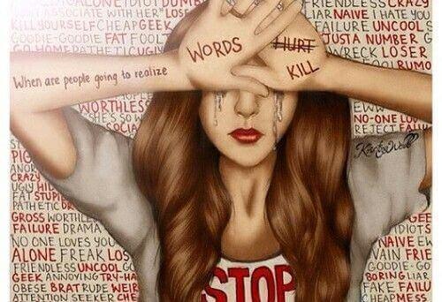 itkevä kiusattu nainen
