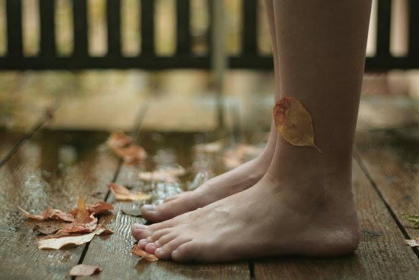 Jalat terassilla ja jaloissa lehtiä