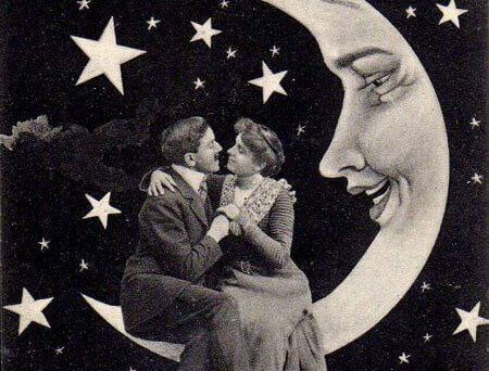 pariskunta syleilee kuun päällä