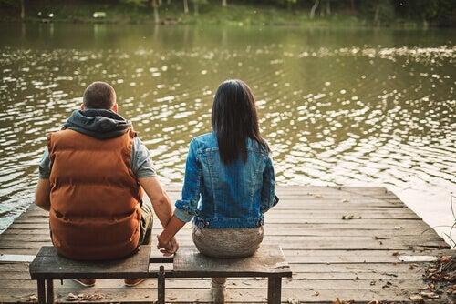 käsi kädessä järven rannalla