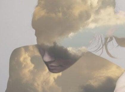 naisen vartalo on tehty pilvistä