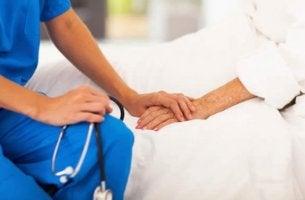 sairaalassa hoitaja ja potilas