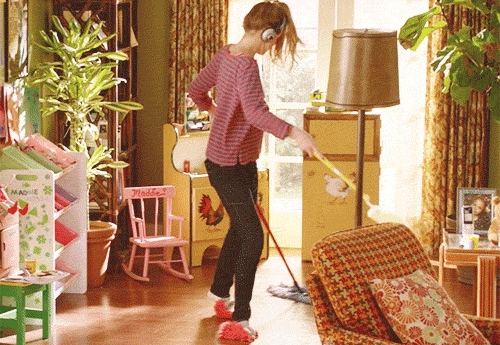 nainen siivoaa kotiaan