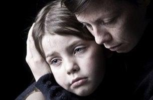 surulliset äiti ja lapsi
