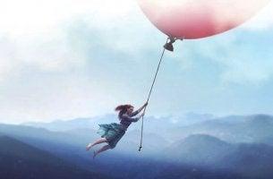 Tyttö ilmapallon kyydissä