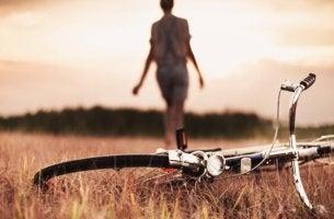 nainen jätti pyöränsä pellolle