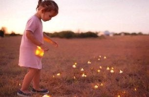 tyttö kerää tulikärpäsiä