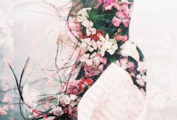 naisen hiuksissa on kukkia
