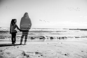 tyttö ja haamu rannalla