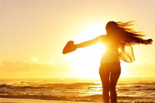 tyttö vapaana rannalla