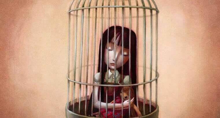 tyttö lintuhäkissä