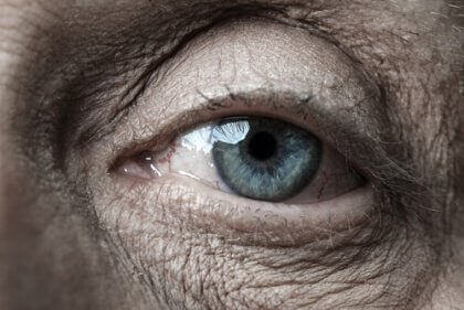 vanhuksen silmä ja rypyt