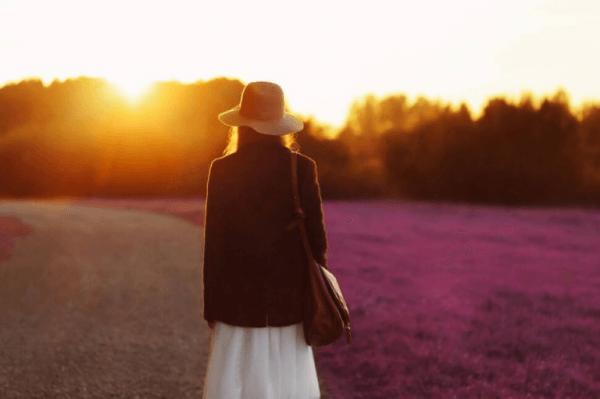 nainen yksin auringonlaskussa