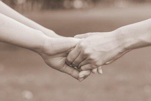 Kädet kiinni käsissä