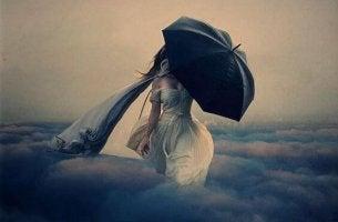 Nainen sateenvarjon kanssa