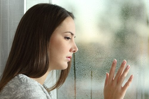 Nainen ikkunan äärellä