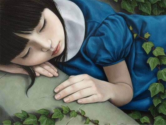 pieni tyttö lepää kivellä