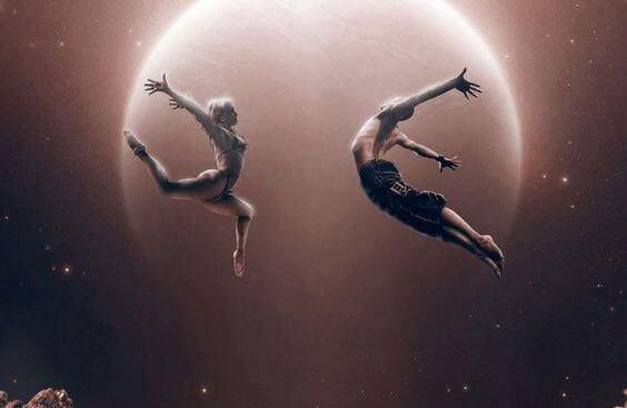 Tanssiva pari kuunvalossa