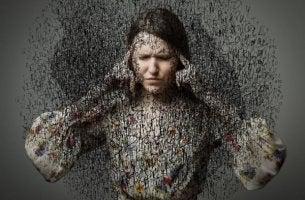 Nainen suojaa korviaan meluavilta ajatuksilta