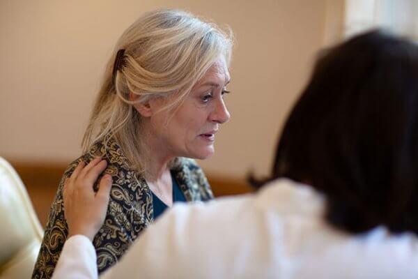 vanha nainen lääkärin vastaanotolla