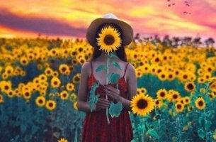 nainen ja auringonkukat