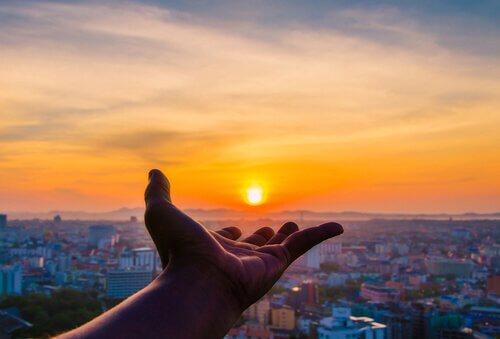 aurinko käden päällä
