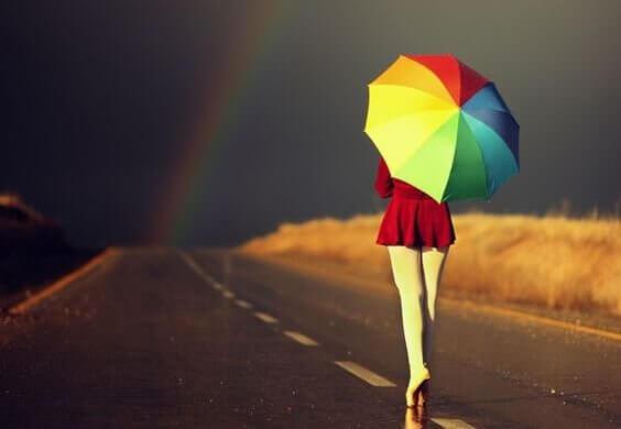 värikäs sateenvarjo ja sateenkaari