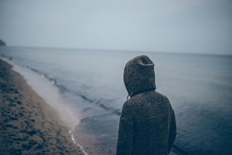 yksin sumuisella rannalla
