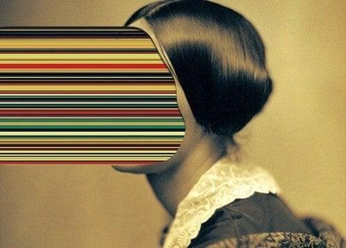 naisen kasvojen tilalla on värikäs putki