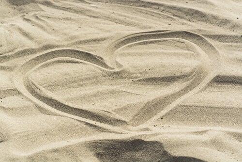 sydän piirrettynä hiekkaan
