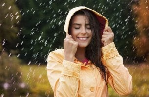 onnellinen nainen sateessa