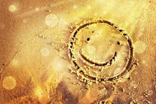 hymynaama hiekassa