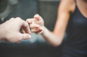 kädet koskettavat