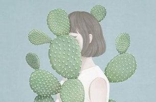 nainen kaktuksen ympäröimänä