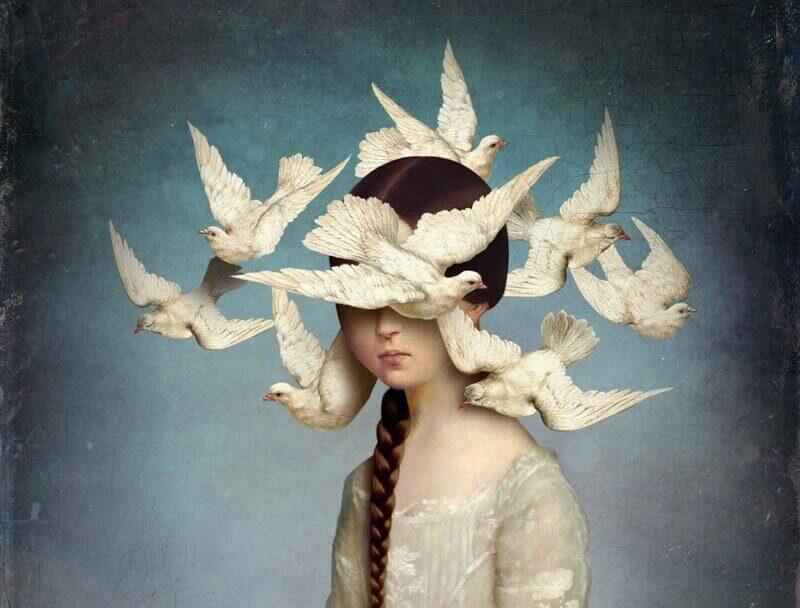 tytön pään ympärillä parveilevat linnut