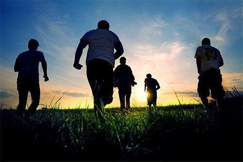 Ystävät juoksevat niityllä