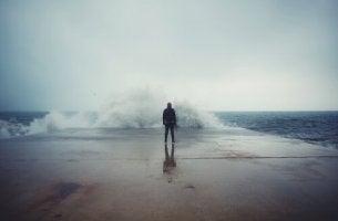 Aallonmurtajalla seisova mies
