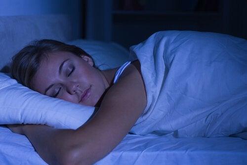Nainen nukkuu rauhassa