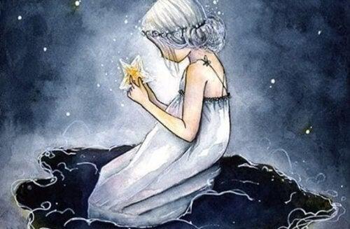 tyttö pitelee tähteä käsissään
