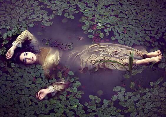 nainen makaa lammessa