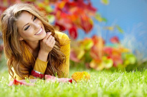 tyytyväinen nainen ruohikolla